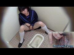 คลิปแอบถ่าย หีเด็กนักเรียน สาวมัธยมเงี่ยนช่วยตัวเองในห้องน้ำสาธารณะ ใช้นิ้วแหย่หีเขี่ยเม็ดแตดจนน้ำแตกกระจาย