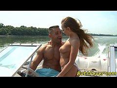 หนังXXฝรั่ง ทหารหนุ่มมะกันออกเรือพาแฟนสาวนางแบบออกไปล่อหีกลางทะเลซอยกันบนเรือน้ำบาน