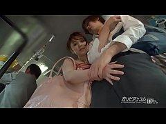หนังxxxJAV สาวใหญ่ญี่ปุ่นเงี่ยนทนไม่ไหวจับควยหนุ่มบนรถเมย์ชักว่าวน้ำเเงีย่นเเตกคามือ