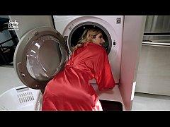 เย็ดน้าสาวนมใหญ่คาเครื่องซักผ้าในห้องครัวแอ่นตูดเย็ดท่าหมา
