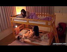 หนัง x  พาผัวมาเย็ดในหอโชว์เพื่อนที่กำลังนอนหลับอยู่เตียงบนจนเพื่อนตื่นมาแอบดู