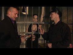 หนัง x ผู้คุมนักโทษหนุ่มขี้เงี่ยนแอบเย็ดนักโทษสาวในคุกใต้ดิน  จับเย็ดหีสวิงกิ้งกับเพื่อนอีกคนแตกในใส่ด้วย