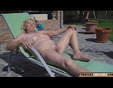 คลิปโป๊คุณยายผมทองหุ่นอวบนอนถ่างหีอาบแดดที่ริมสระหลายชายเห็นหีเงี่ยนจับยายเย็ดอย่างมัน