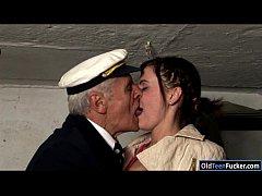 คลิป18+ เมียเงี่ยนบอกผัวที่กำลังบังคบเรืออยู่ไปเย็ดกันเถอะไม่ไหวแล้ว ดูดนมขย่มควยอย่างได้