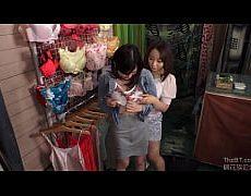 หนังโป๊เลสเบี้ยน พากันไปเดินช็อปปิ้งเดินไปดูร้านเสื้อในไปตีฉิ่งกันในห้องลองเสื้อในเลียหีเอานิ้วแย่หี