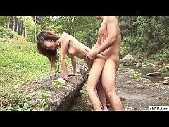 xxxพาเมียเปลี่ยนบรรยากาศไปเย็ดในป่า ข้างลำธารอมควยหมอยดกดำยืนเย็ดหีร้องดังลั่น