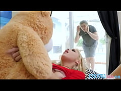 xxxสาวผมทองเอาตุ๊กคาหมีมาถูหีพี่ชายเข้ามาเห็นเลยเย็ดหีอย่างเด็ดนอนให้ขย่มควย